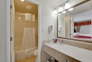 Ramada by Wyndham San Diego Airport - Full Bathroom at Ramada San Diego Airport
