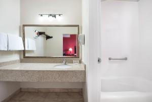 Ramada by Wyndham San Diego Airport - Private Bathroom at Ramada San Diego